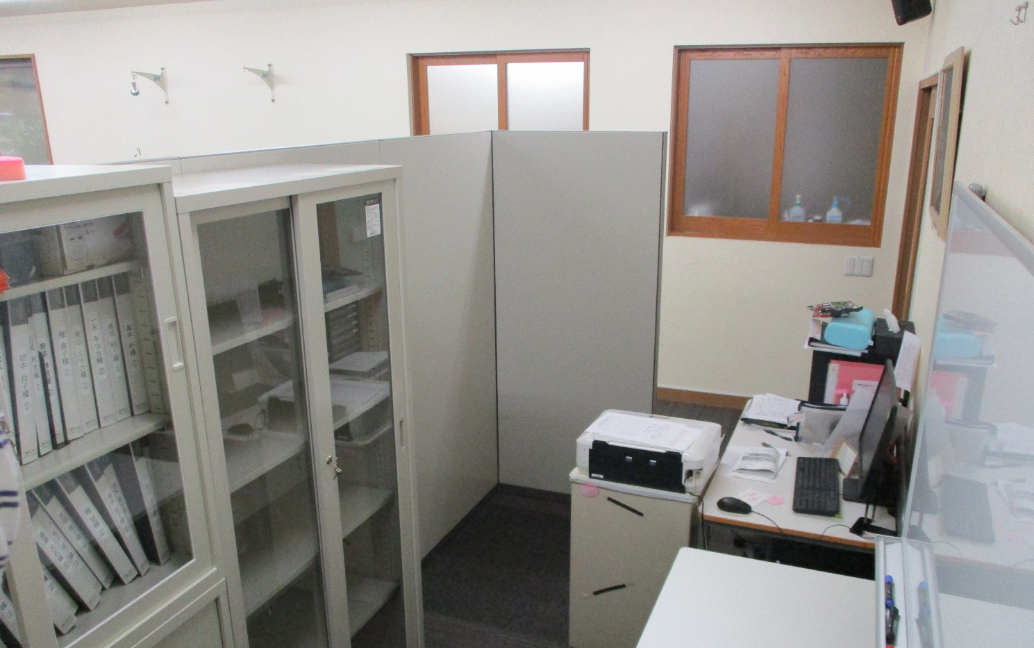 リハビリスペースと先生たちの事務作業場所のパーテーション設置、ホワイトボード、デスク、書庫納品